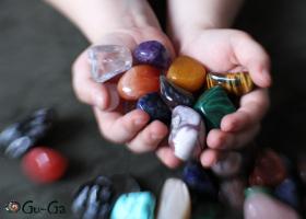 Размер камней относительно детских рук